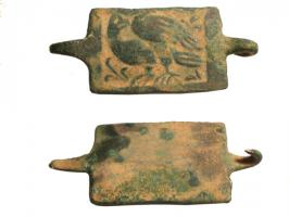 AGR-9100 -  *  Clothing clip&#013 *  Clip consists of a rectangular plate decorated with a pattern of flat terrain : bird on the left, at the back , two fine points recoubées for securing the garment.
