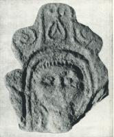 ANT-4012 -  *  Antefissa : Busto&#013 *  Antefix molded , whose facade is a very schematic bust, surrounded by a double line and overcome various attributes (sailing shrine ? ) Sheet , sticks ...