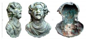 APM-4030 -  *  Si applica : busto di Bacco&#013&#013 *  Applied in the form of juvenile bust with regular features , but wide, bust covered with a pleated garment retained on the right shoulder, and emerging a short corolla strands of hair frame the face regularly and are topped with a  grape foliage , which hang from the clusters on both sides of the face.  Hollow side , with two peaks of the pull holding iron of rectangular section .