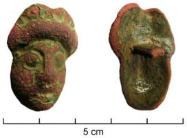 APM-4040 -  *  key anthropomorphic&#013 *  Wedge -shaped female head, face surmounted by a high headdress , rectangular bar , probably perforated at the end, on the back of the object.
