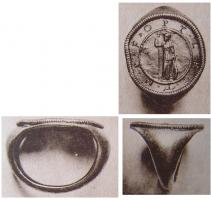BAG-4064 -  *  Anello medaglione monétiforme&#013&#013 *  Ring whose ring widens to accommodate a large circular kitten, a set equipped with a medallion pattern and legends in the currency style .  It is personal rings army officers .
