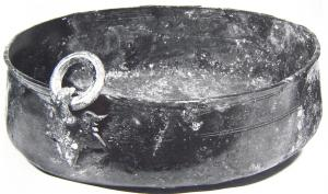 BAS-4003 -  *  Bacino tipo Wehringen&#013&#013 *  Rumen cylindrical pond , with three loops for suspension on a tripod ( Wehringen deviation) ; fasteners fixed by solder on the vertical wall of the basin, are in the form of leaf , topped by a strong hook head Panther  , are based on these hooks wholesale molded rings to the suspension of all .