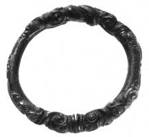 BRC-3001 -  *  Chiuso decorazione braccialetto di plastica&#013 *  Cast off, with plastic decoration ( style Waldalgesheim ) over three segments separated by smooth areas Bracelet: each scene is composed of two symmetrical parts , adorned with pairs of swirls reminiscent depending on the angle of observation, human faces  or heads of fantastic animals .