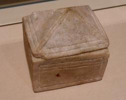 BTE-9003 -  *  Box or reliquary&#013 *  Parallelepipedic box , cut from a block of alabaster , with a decoration of threads on the sides , the lid simply placed on a rabbet is shaped roof four crawlers .