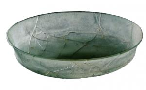 CPE-2009 - *  Phiale a belly fairing&#013&#013*  Glass cup size , decorated , having an edge pours outwards , separated from the rounded bottom with a pronounced carene .