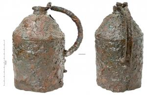 CRU-4059 -  *  Jug or kettle&#013&#013 *  Closed shape of a cylindrical rumen , with a curved bottom resting on three feet also iron , angular shoulder extended by a narrow neck ; loopful form .