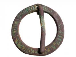 FER-6001 -  *  fermail&#013&#013 *  Flat ring , drilled for mounting a mobile cross barb on one side , long inscription in Gothic letters .