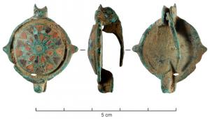 FIB-41439 - Umbonate brooch&#013*  Fibula general circular , the body occupies a umbo forming a strong rounded relief , entirely covered with several concentric rows of enamels willing in triangular boxes , alternately blue and red around a central button embeds email or  a glass ball .  Buttons on the periphery or edge of radiant ocules separated by concave circle lines , the top ring ) ( ? )  foot also occupies a ocule circle.