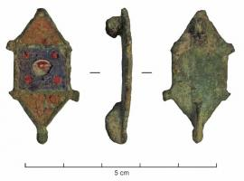 FIB-41441 - *  Enamelled brooch symmetric&#013*  Symmetrical fibula has enamelled decor ;  the central body carree shape and decorated with a conical enameled button itself , extends to both sides symmetrical triangular enamelled with pins at the corners ;  a hinge joint between two plates .