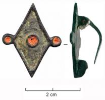 FIB-4409 - Brooch : symmetrical, enamelled&#013 *  Symmetrical fibula , with enamelled decoration , the central body of rhombic and fully excavated to form enamel , is decorated with a central disc itself enamelled two side plates enamelled .