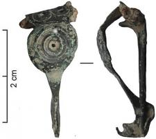 FIB-4674 -  *  Alesia tipo perone&#013 *  Fibula Alesia type, that is to say flat bow, overall triangular shape , and here with an intermediate disk decorated with concentric circles.  The hinge is bent inwards , the foot fringed , straightened and generally bored .  Two rosettes are hit over the joint.
