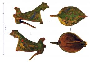FIB-4723 -  *  Fibula zoomorfa : Gallo&#013 *  Pin oval body slightly raised , only the head and tail ( above a ring ) are in the round , the body is dug many lodges enamel nested to include the plumage.