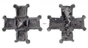 FIB-6092 -  *  cruciform fibula&#013 *  Fibula shaped cross with equal arms , adorned the corners (thus drawing a square in the center ) of cells in high relief , and a sprinkling of oculés circles ..