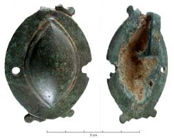 JHA-4010 -  *  Dal cablaggio&#013 *  From the long side of a rectangular bail covering only half of the object ( the transverse axis appears to have been two holes indicating a riveted strap attachment ) .  The wall has the shape of an almond umbo , with a clear separation of the bump smooth edge and a pair of small scrolls at either end.