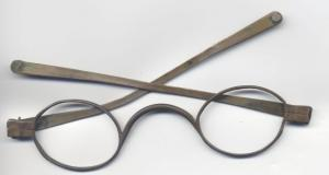 LUN-9004 - *  Type of glasses Goldoni&#013*  Spectacles metal scaffolding , circular or oval glasses ;  the branches are characterized by a hinge joint has a mid-length , and ring terminals provided for for a link at the back of the skull .