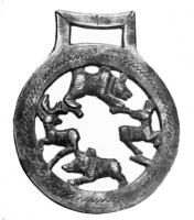 MRS-5001 -  *  Apply lateral jaw&#013&#013 *  Circiulaire applies , with a rectangular ring pendant to the top of the fixing straps.  The openwork appears a hunting scene , a dog (?) Attacking a deer , in a country setting evoked by trees.