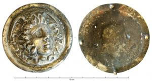 PHA-4014 -  *  Phalerum : Gorgon&#013&#013 *  Phalerum circular sheet , decorated in repoussé with a head of Medusa, winged , the tormented face features framed messy locks and snakes smooth edge , the back of which can be observed 4 rivets for attaching the harness dona militaria  .