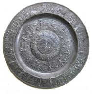 PLA-9007 -  *  Flat marli and reliefs&#013&#013 *  Dish with molded reliefs on the Marli , the bottom and the central umbilicus decor evokes Minerva and the seven liberal arts in the center, the temperance ( legend ) .