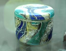 PYX-4018 -  *  pyxis&#013&#013 *  Pyxis cylindrical straight wall , jump for a summit cover overflowing , also cylindrical , flat and smooth top , colored glass , marbled, with inclusions of gold leaf ; circles made ​​the turn .